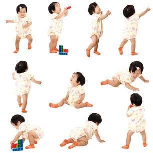 人物切り抜き添景素材 赤ちゃん乳児女の子 歩く座る遊ぶ 白バックの写真素材 [FYI04180441]