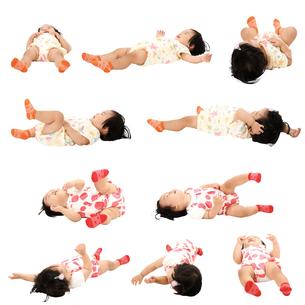 人物切り抜き添景素材 赤ちゃん乳児女の子 寝る 白バックの写真素材 [FYI04180446]
