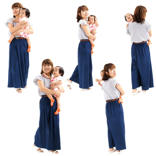 人物切り抜き添景素材 女性母親子供幼児女の子 歩く 白バックの写真素材 [FYI04180469]