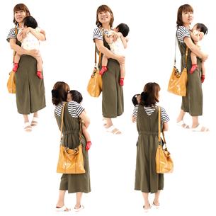 人物切り抜き添景素材 女性母親子供幼児女の子 歩く 白バックの写真素材 [FYI04180471]