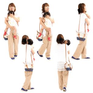 人物切り抜き添景素材 女性母親子供幼児女の子 歩く 白バックの写真素材 [FYI04180478]