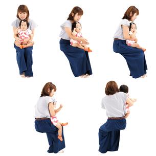 人物切り抜き添景素材 女性母親子供幼児女の子 座る 白バックの写真素材 [FYI04180496]