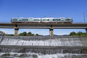 日本の鉄道、和歌山線穴伏川を渡る227系の写真素材 [FYI04181146]