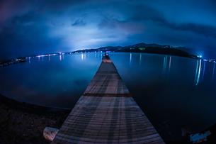 夜の山中湖の桟橋の写真素材 [FYI04181801]
