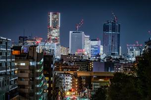 横浜みなとみらいのビル群の夜景と交通の写真素材 [FYI04182583]