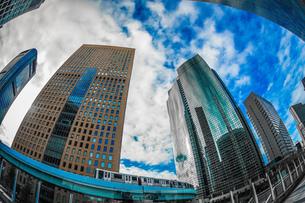 東京都港区・汐留のオフィスビル群と青空の写真素材 [FYI04182648]