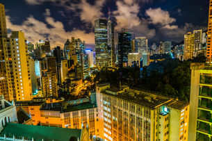 香港特別行政区の高層ビル群の夜景の写真素材 [FYI04183088]