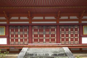 神社扉の建築美の写真素材 [FYI04183278]