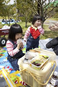 お弁当を食べる子供の写真素材 [FYI04183311]