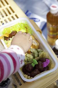 お弁当を食べる子供の手の写真素材 [FYI04183313]