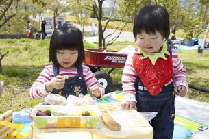 お弁当を食べる子供の写真素材 [FYI04183314]