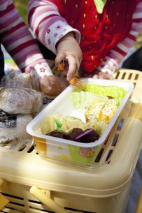お弁当を食べる子供の手の写真素材 [FYI04183316]