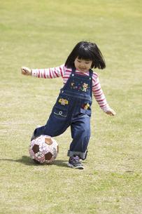 ボール遊びをする女の子の写真素材 [FYI04183319]