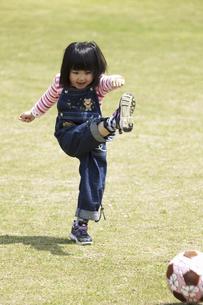 ボール遊びをする女の子の写真素材 [FYI04183320]