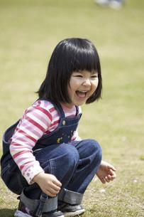 ボール遊びをする女の子の写真素材 [FYI04183321]