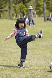 屋外で遊ぶ子供の笑顔の写真素材 [FYI04183322]