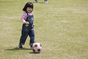 ボール遊びをする女の子の写真素材 [FYI04183323]