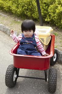 カートに乗せられる幼児の写真素材 [FYI04183344]