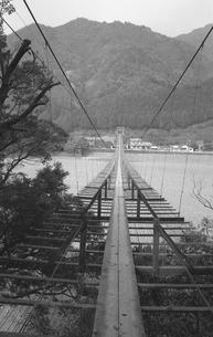 大井川に架かる吊橋の写真素材 [FYI04183961]