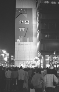 銀座寸景・夜の銀座 ソニービル前の写真素材 [FYI04184045]