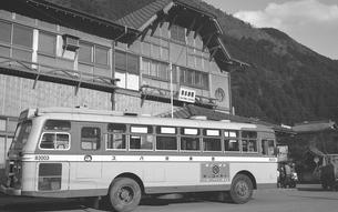 奥多摩駅と西東京バスの写真素材 [FYI04184091]