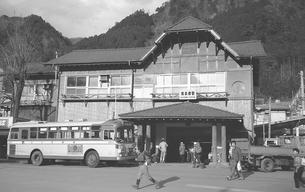 奥多摩駅と西東京バスの写真素材 [FYI04184094]
