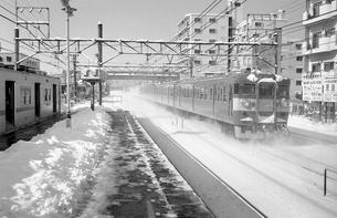 鉄道 国鉄・常磐線 雪の南柏駅ホームより401系電車の写真素材 [FYI04184203]