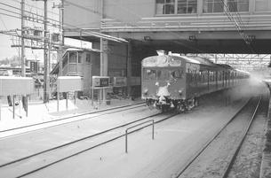鉄道 国鉄・常磐線 雪の南柏駅ホームより103系電車の写真素材 [FYI04184204]