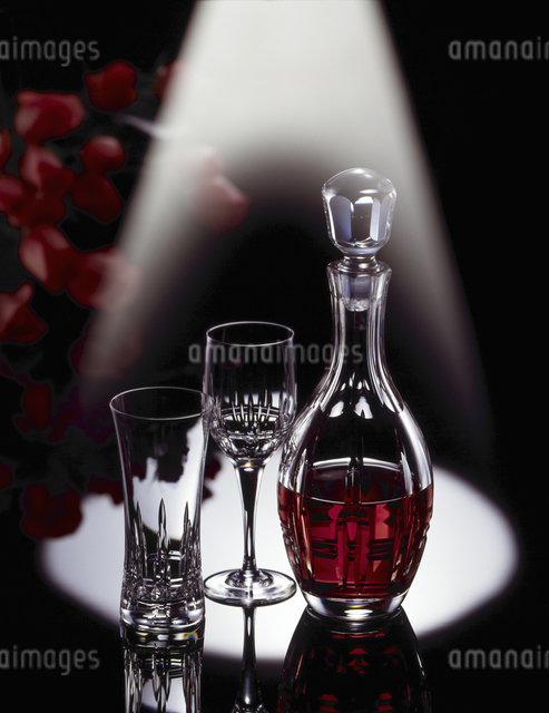 スポットライト浴びているデキャンターとグラスの写真素材 [FYI04184463]