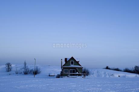 グレートスレイブ湖の一軒家の写真素材 [FYI04185094]