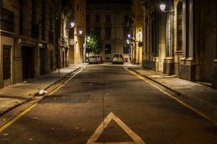 スペイン・バルセロナの街並み(夜景)の写真素材 [FYI04185106]