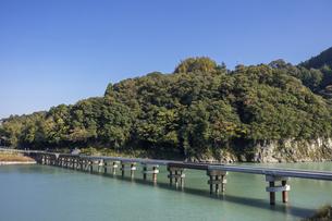 日本の風景、徳島県那賀川にかかる加茂谷沈下橋の写真素材 [FYI04185107]