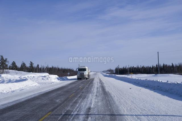 カナダ/イエローナイフの道路の写真素材 [FYI04185126]