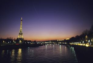 セーヌ川とエッフェル塔の夜景の写真素材 [FYI04185601]