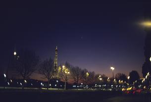 セーヌ川とエッフェル塔の夜景の写真素材 [FYI04185602]