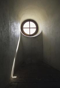 丸い採光窓の写真素材 [FYI04185728]