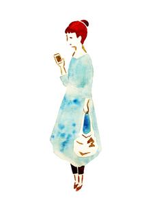 スマートフォンを見る女性のイラスト素材 [FYI04187220]