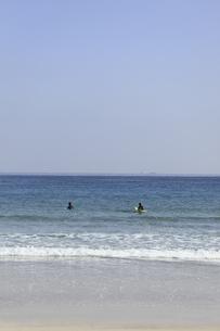 海とサーファーの写真素材 [FYI04187426]