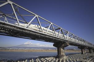 富士山と富士川橋梁を通る新幹線の写真素材 [FYI04187534]