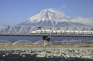 富士山と富士川橋梁を通る新幹線の写真素材 [FYI04187535]