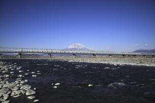 富士山と富士川橋梁を通る新幹線の写真素材 [FYI04187543]