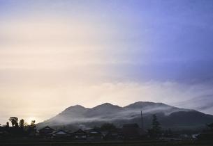 山里の夕暮れの写真素材 [FYI04187868]