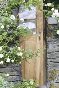 バラに覆われたレンガ作りの家の写真素材 [FYI04189338]