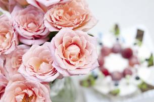バラとバースディケーキの写真素材 [FYI04189498]