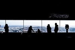 ランドマークタワーの展望台と人々のシルエットの写真素材 [FYI04189624]