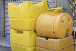 黄色い散水用タンクの写真素材 [FYI04190416]