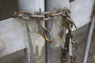 門扉の切られた鎖の写真素材 [FYI04190578]