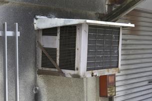 旧型のクーラーの室外機の写真素材 [FYI04190653]