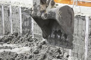工事現場のパワーショベルの写真素材 [FYI04190708]