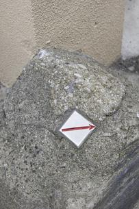 石に貼られた境界線マークの写真素材 [FYI04190736]